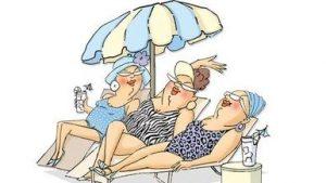 Três mulheres de +50 anos estão usando maiôs coloridos e tomando drinques sob o guarda-sol.