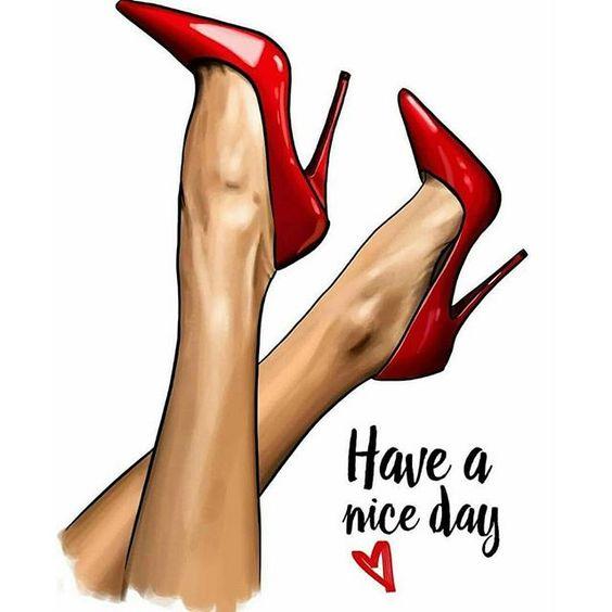 Modelo de pernas pro alto usa sapatos de salto vermelho.
