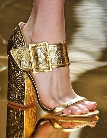 Sapato de salto alto, quadrado, com fivela,  dourado.