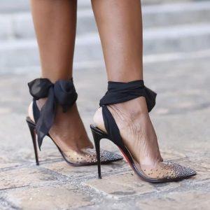 Sapatos salto transparentes com strass e laços em preto.