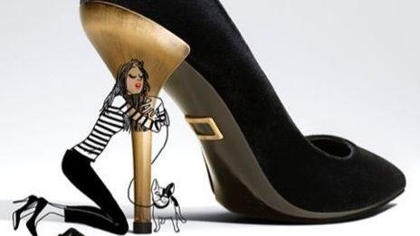 Mulher está agarrada ao salto dourado de um sapato gigante.