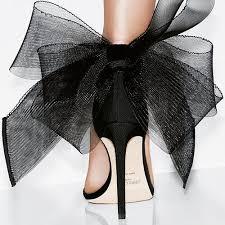 Sapatos são importantes para a mulher pois aumentam autoestima.