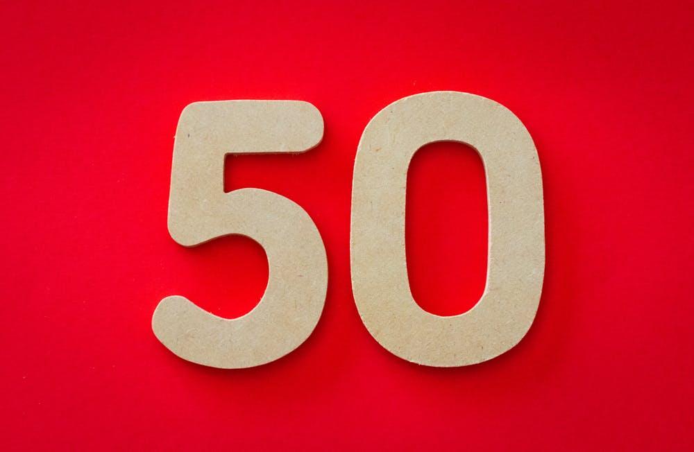 Somente o número 50 sobre fundo vermelho.