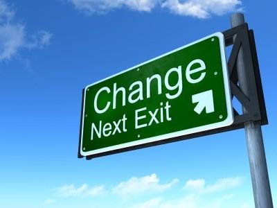 """Placa de rodovia indicativa de saída para a """"Mudança""""."""