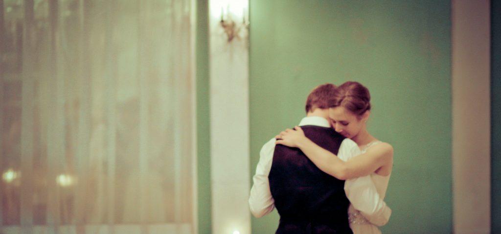 Noivos estão dançando na festa de seu casamento.