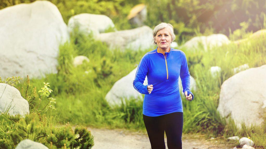 Mulher de meia-idade está praticando atividade física para manter o peso na Perimenopausa.