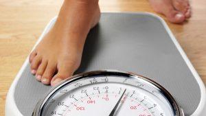 Distensão abdominal, barriga grande, desencadeada pela obesidade.