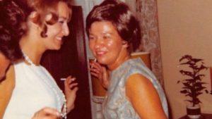 Para mulher +50 fumar emagrece. Justificando a crença, 2 mulheres dançam enquanto fumam.