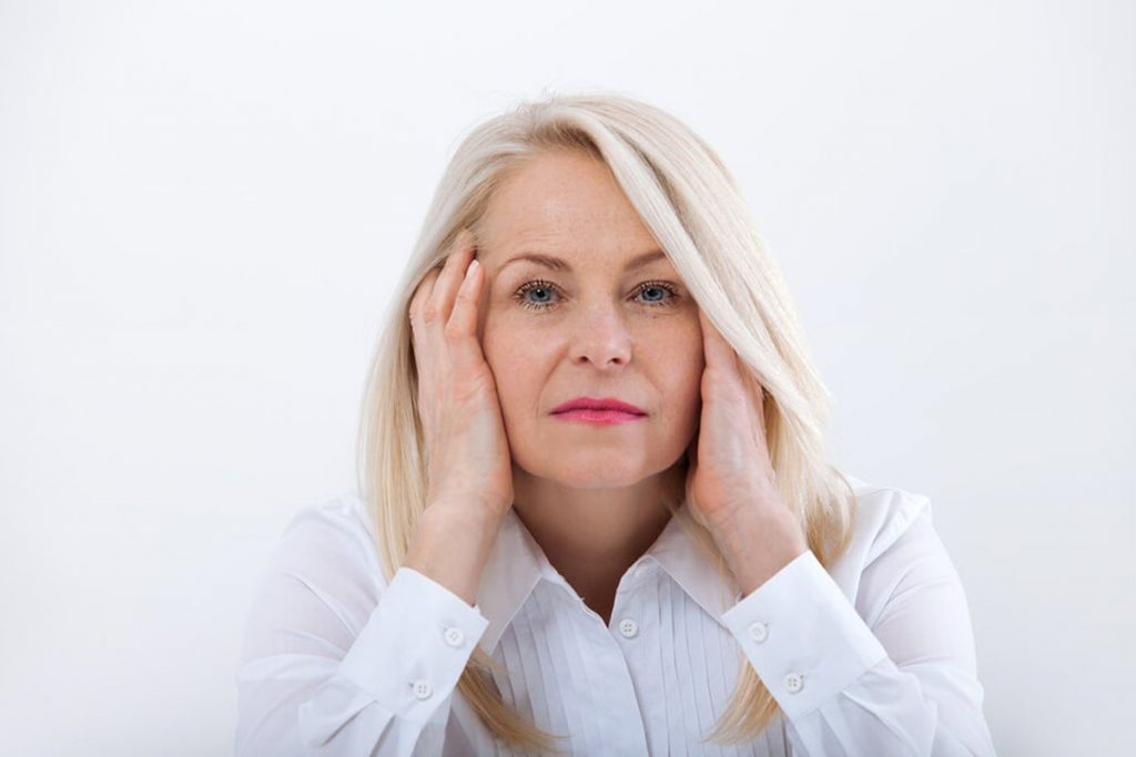 Na mulher +40 as dores no corpo podem ser mais localizadas na cabeça.